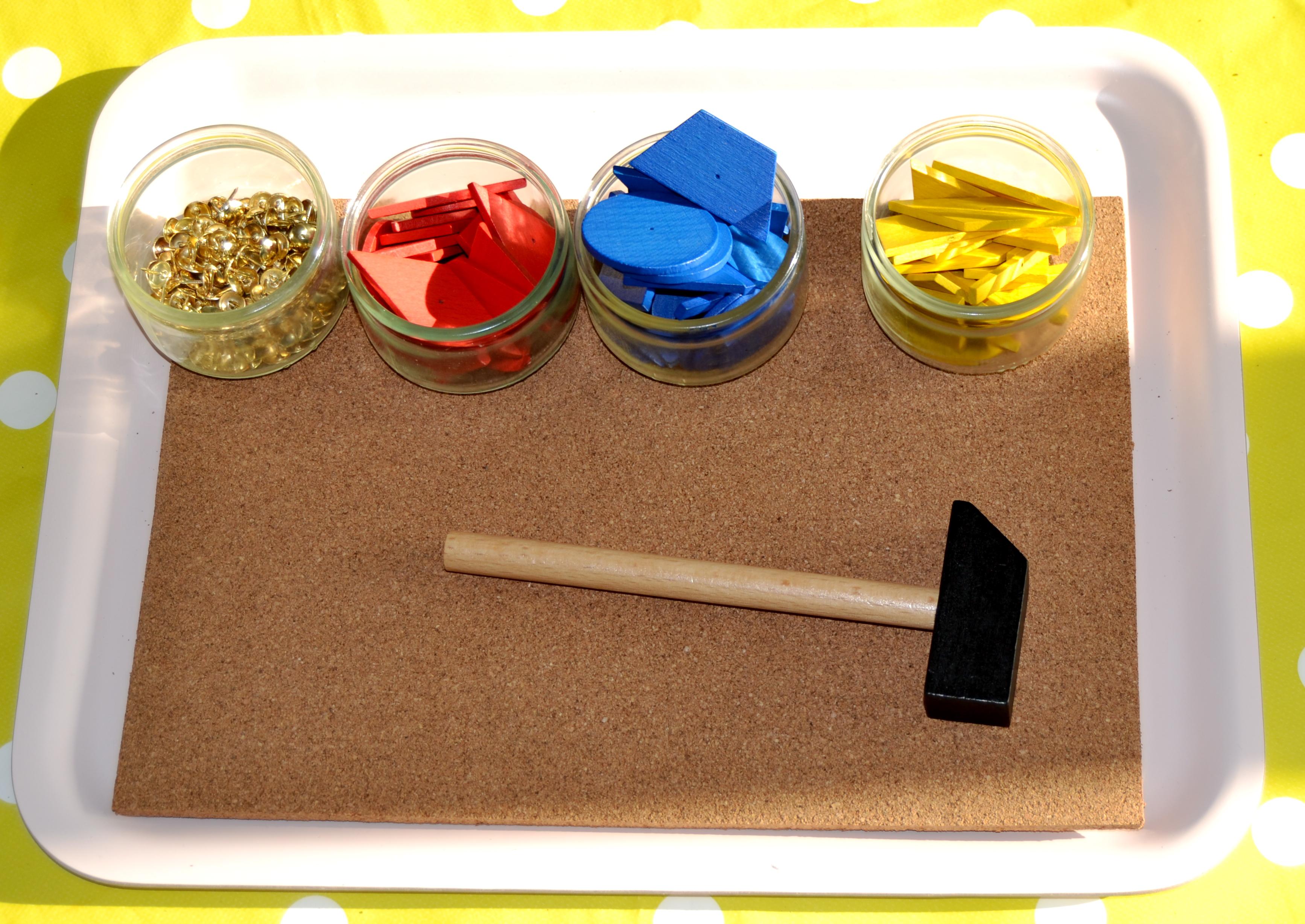l activit montessori du jour le marteau et le set de. Black Bedroom Furniture Sets. Home Design Ideas