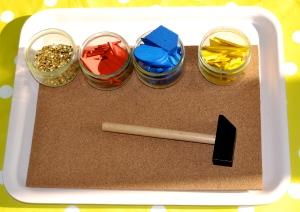 L'Activité Montessori du Jour : Le marteau et le set de clous