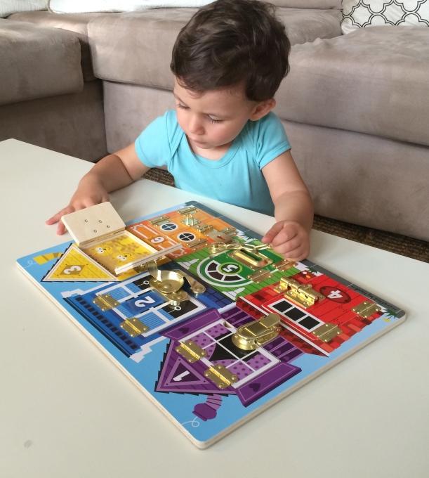 L'Activité Montessori du Jour : loquets et fermoirs