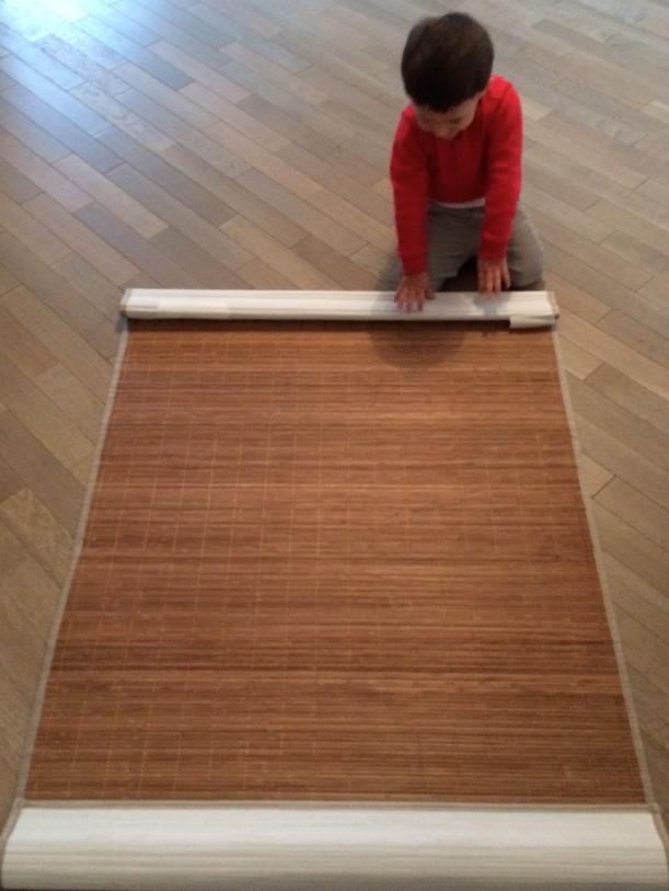 L'Activité Montessori du Jour : rouler un tapis