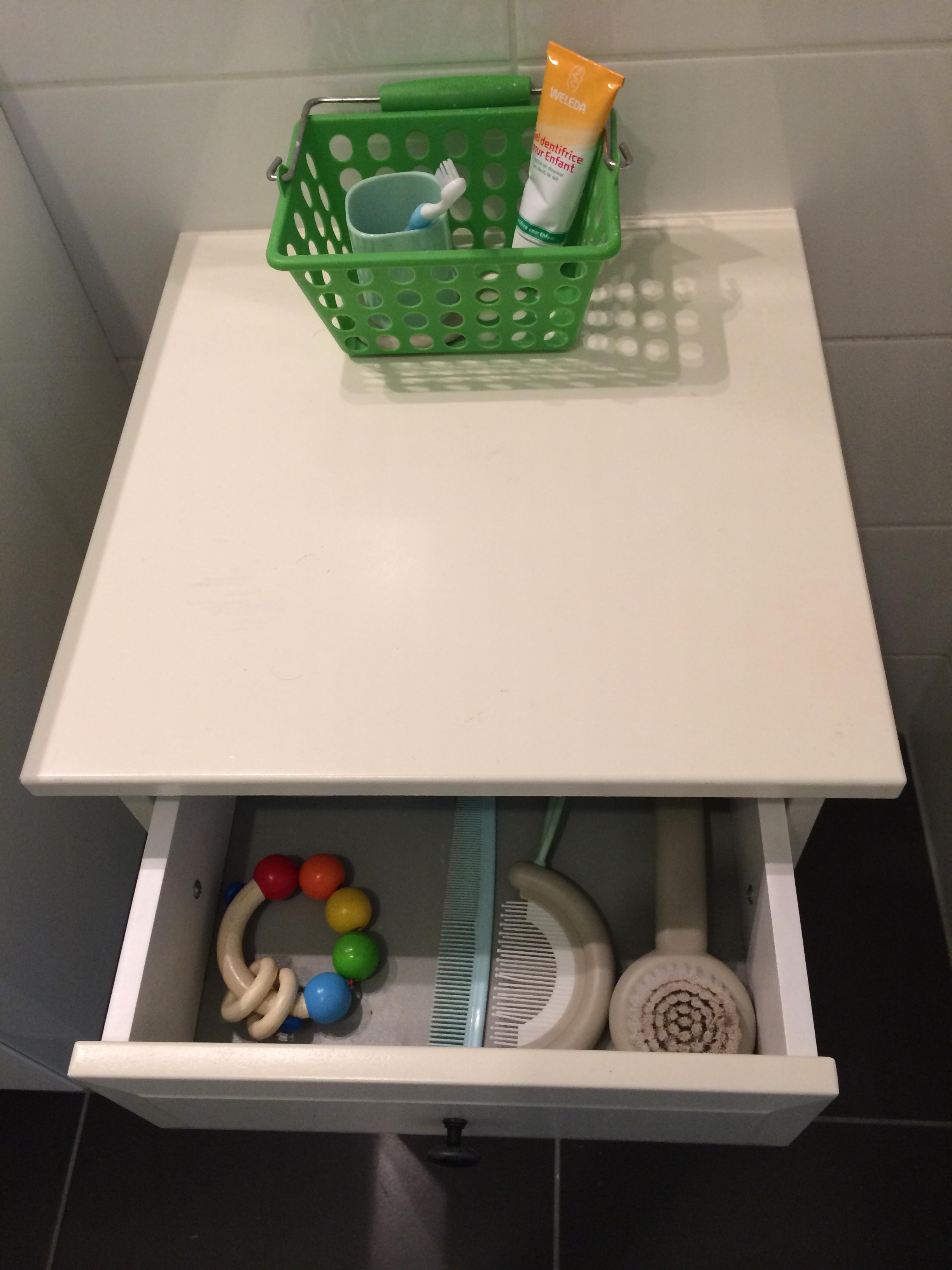 et dans le tiroir mon petit bonhomme a sa disposition une brosse deux peignes et un hochet que. Black Bedroom Furniture Sets. Home Design Ideas