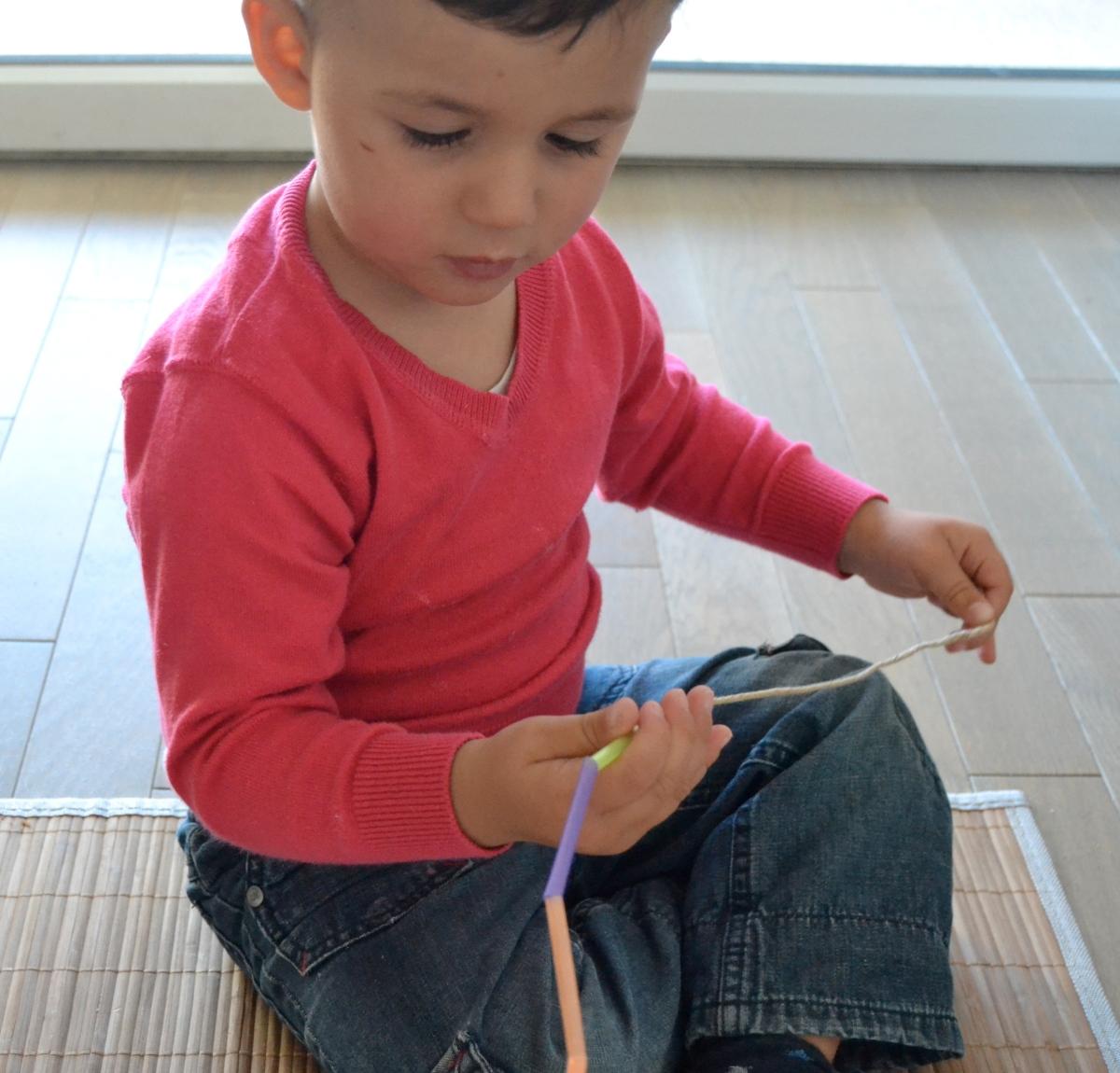 L'Activité Montessori du Jour : pailles à enfiler