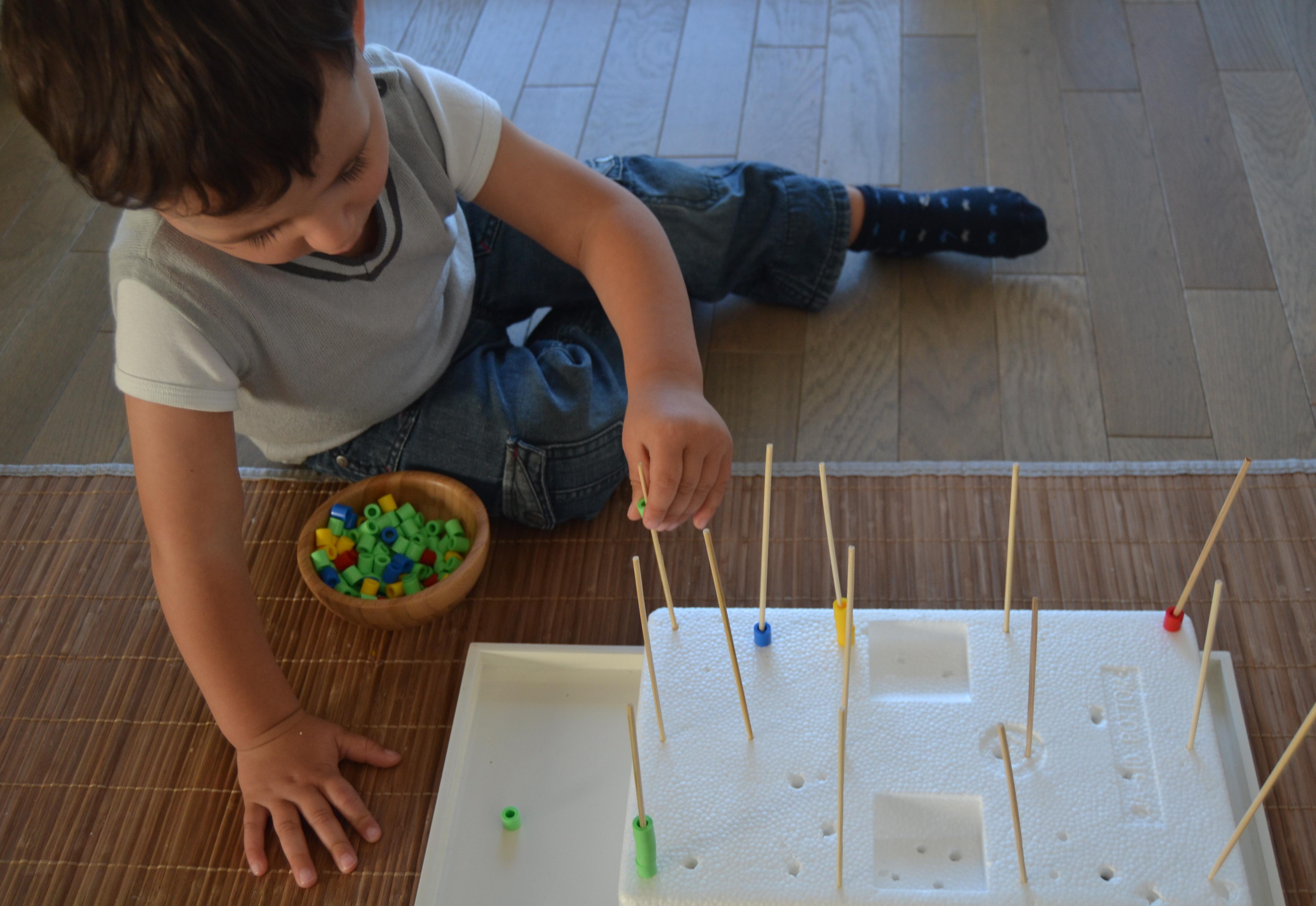 l activit montessori du jour brochettes de perles le. Black Bedroom Furniture Sets. Home Design Ideas