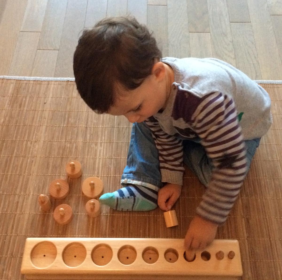 L'Activité Montessori du Jour :  encastrements cylindriques