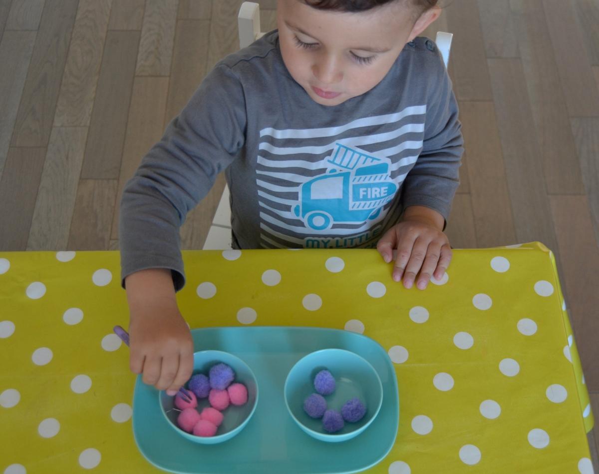 L'Activité Montessori du Jour : transfert d'objets en 4 façons