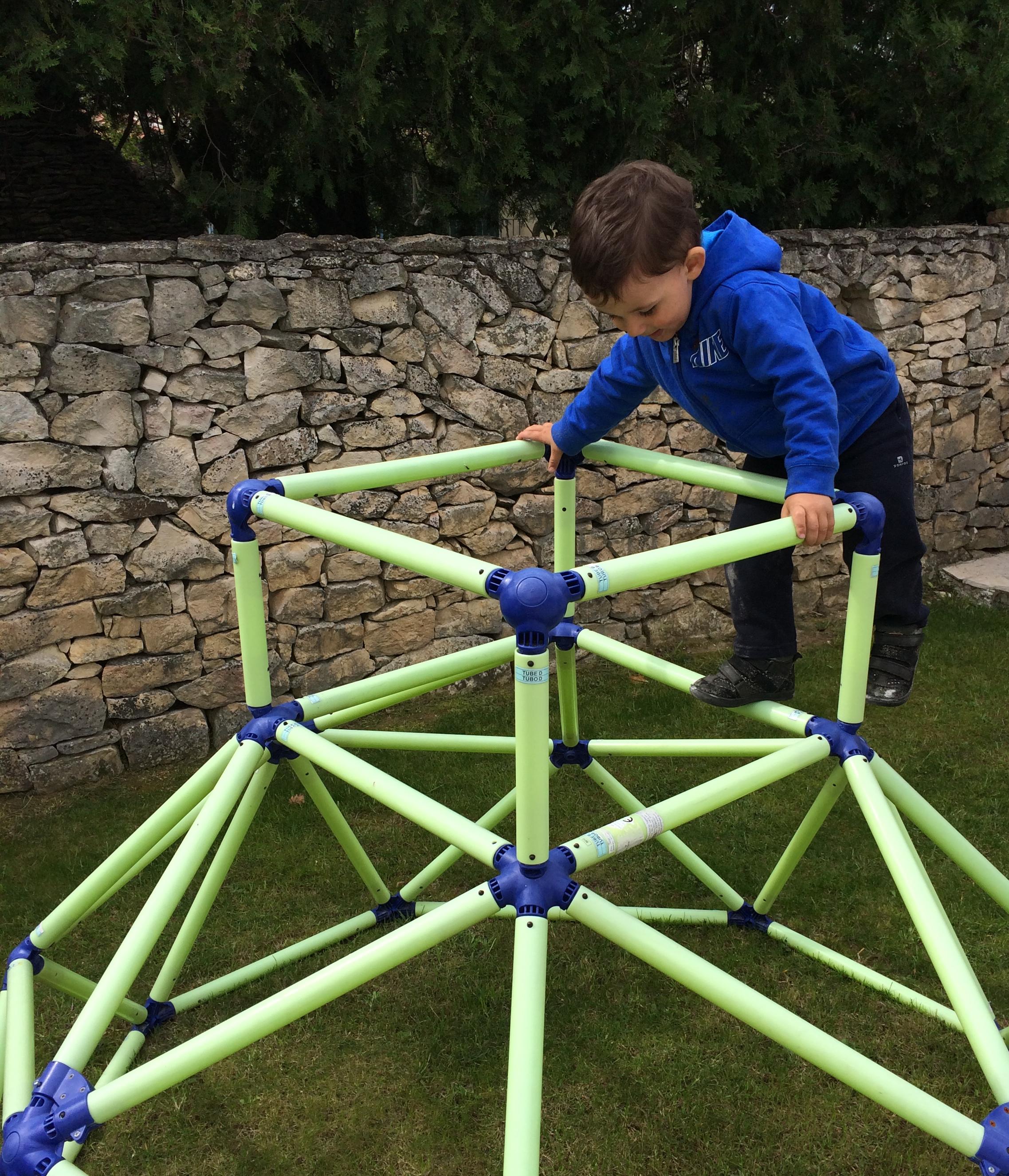 L activit montessori du jour pyramide grimper le for Jouet exterieur 3 ans