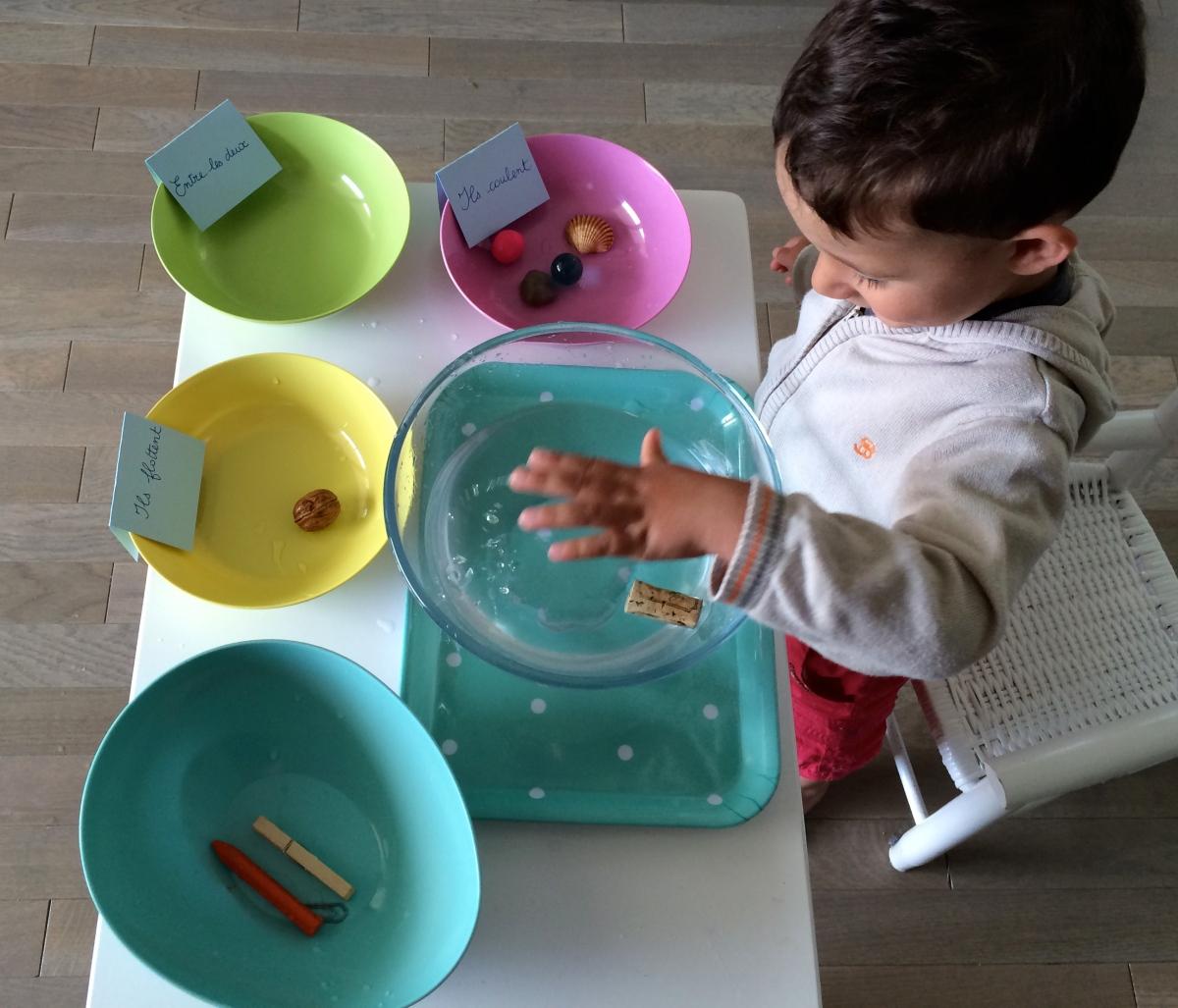 L'Activité Montessori du Jour : flotte ou coule ?