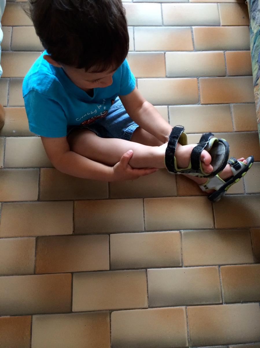 L'Activité Montessori du Jour : je mets mes chaussures tout seul