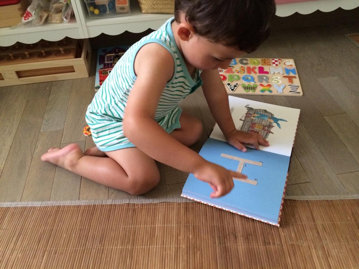 L'Activité Montessori du Jour : quand les lettres s'invitent chez nous