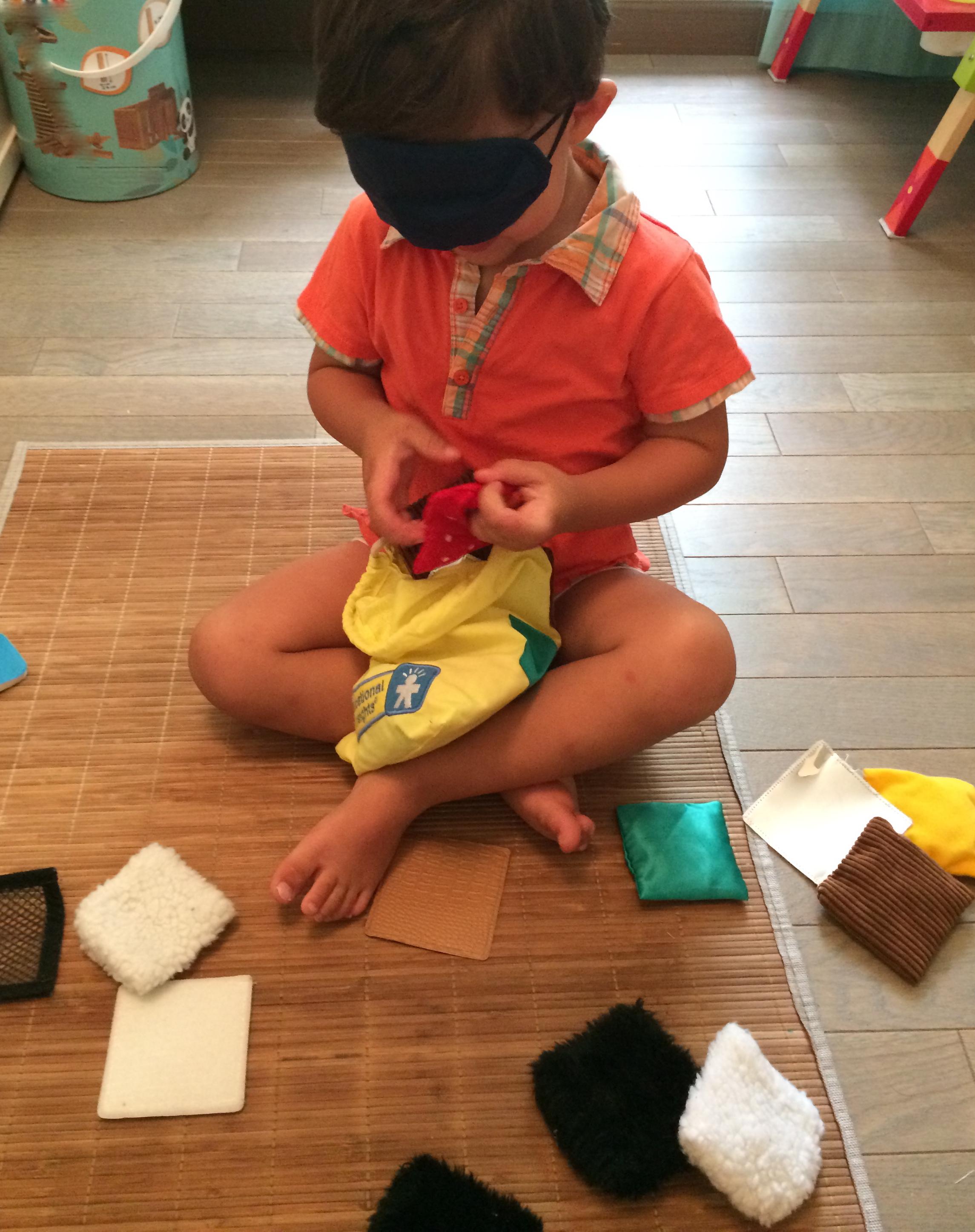 l activit montessori du jour petits coussins tactiles le blog de maman k. Black Bedroom Furniture Sets. Home Design Ideas