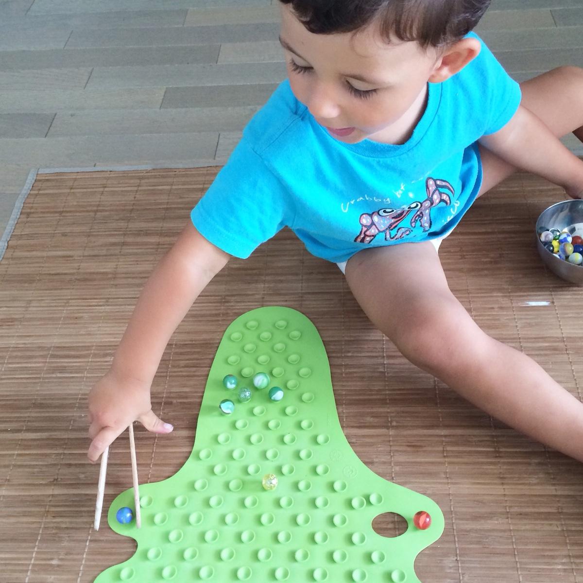 L'Activité Montessori du Jour : jeu d'adresse - les billes et le crocodile