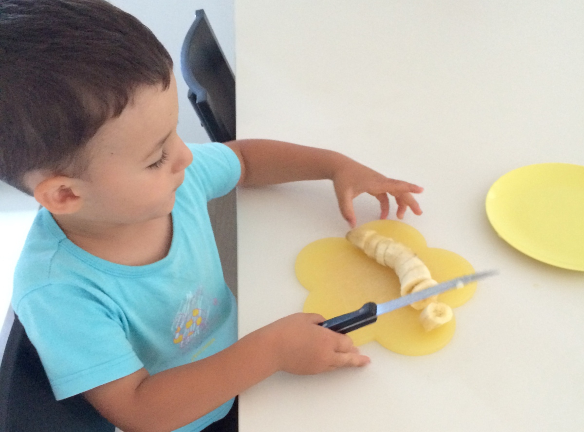 L'Activité Montessori du Jour : couper une banane en rondelles