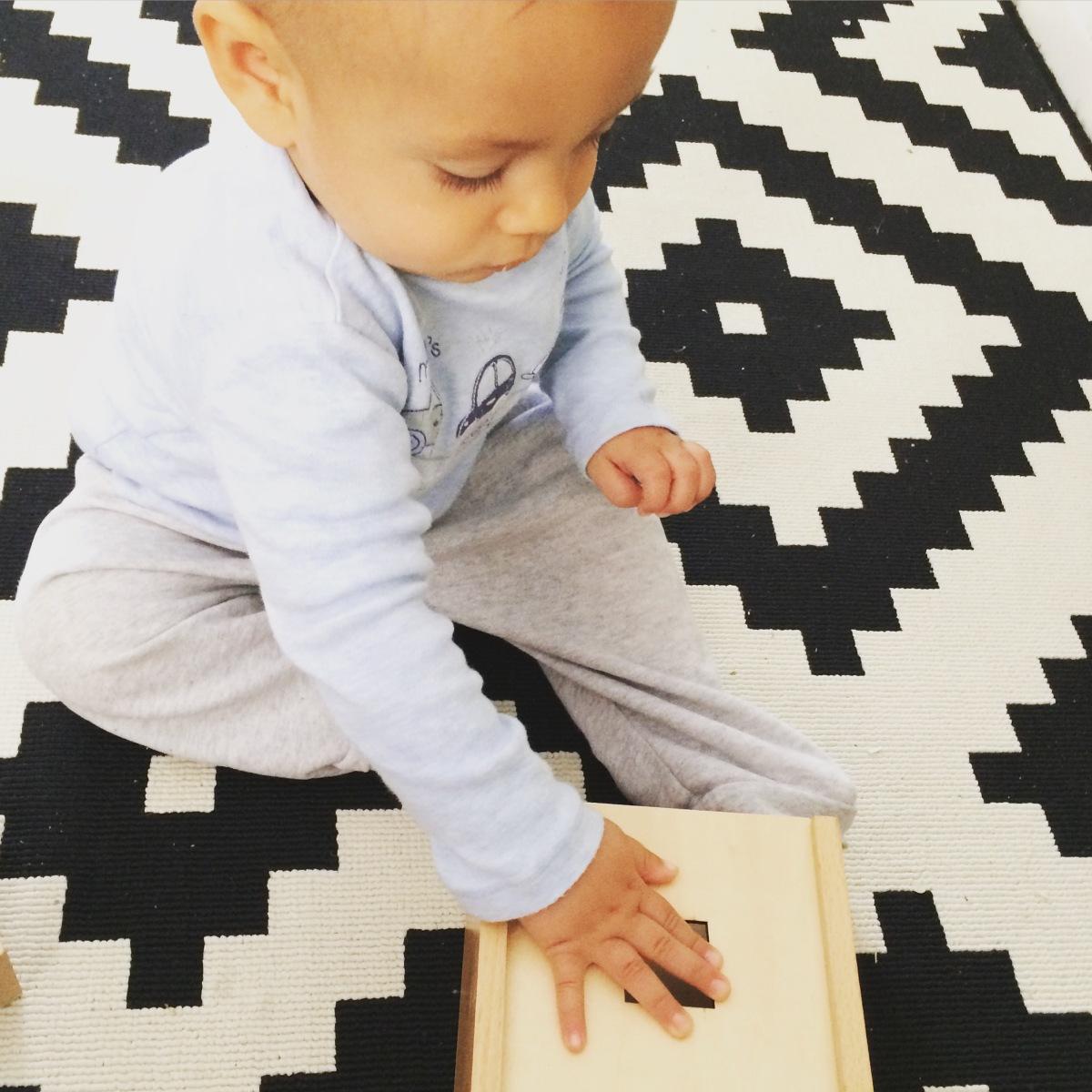 Premières manipulations de matériel Montessori à 6/12 mois