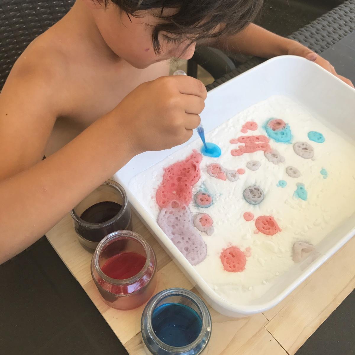L'activité Montessori du Jour : peinture au vinaigre coloré