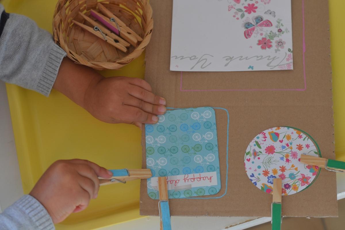 L'Activité Montessori du Jour : fixer des formes à l'aide de pinces à linge