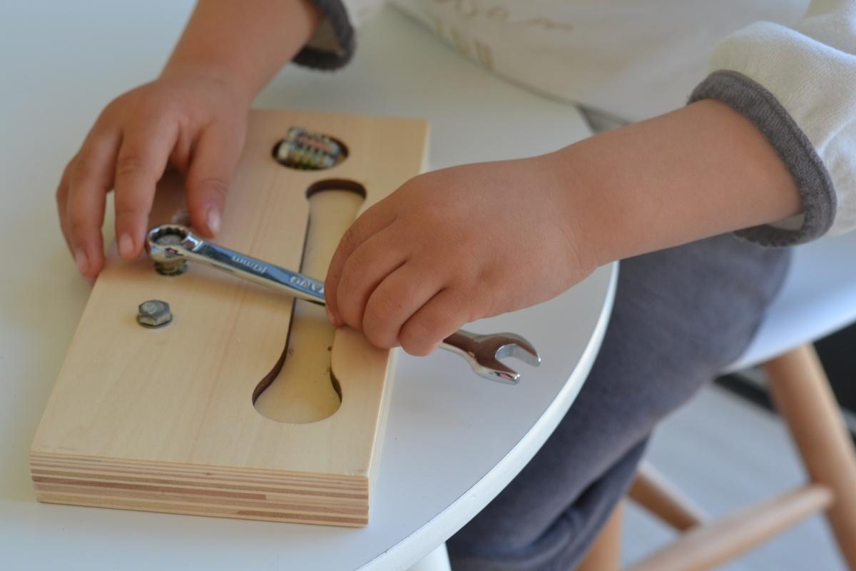 Montessori en images : visser et dévisser