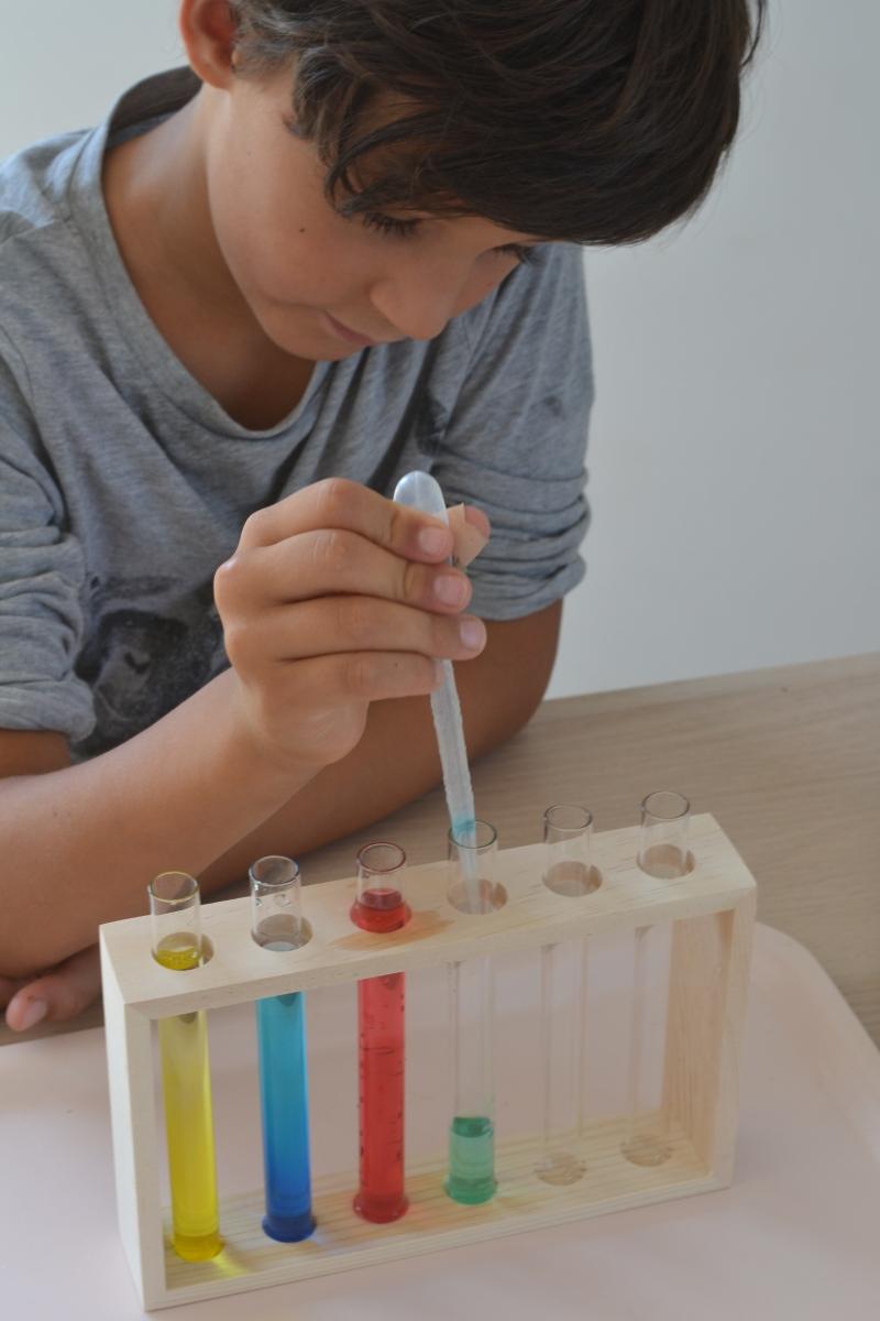 Expériences scientifiques Montessori : fabrique de couleurs et densité de liquides