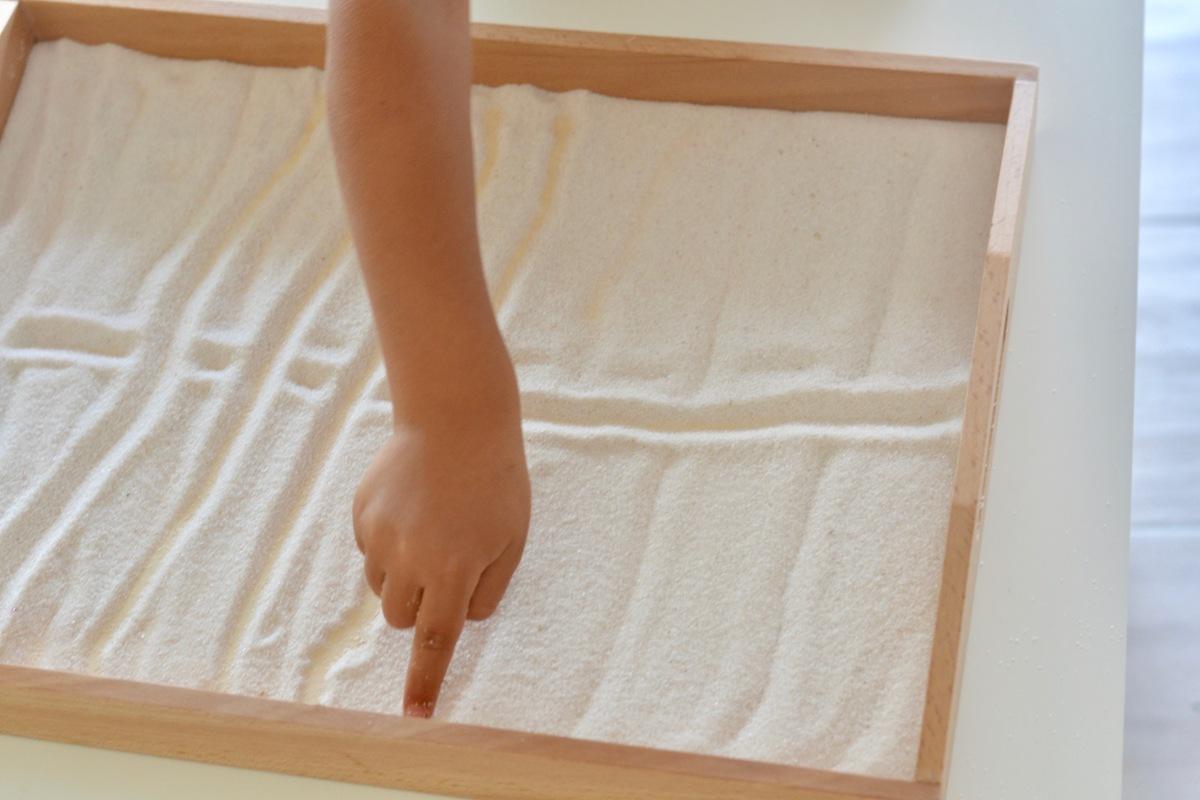 Montessori en images : le plateau de sable